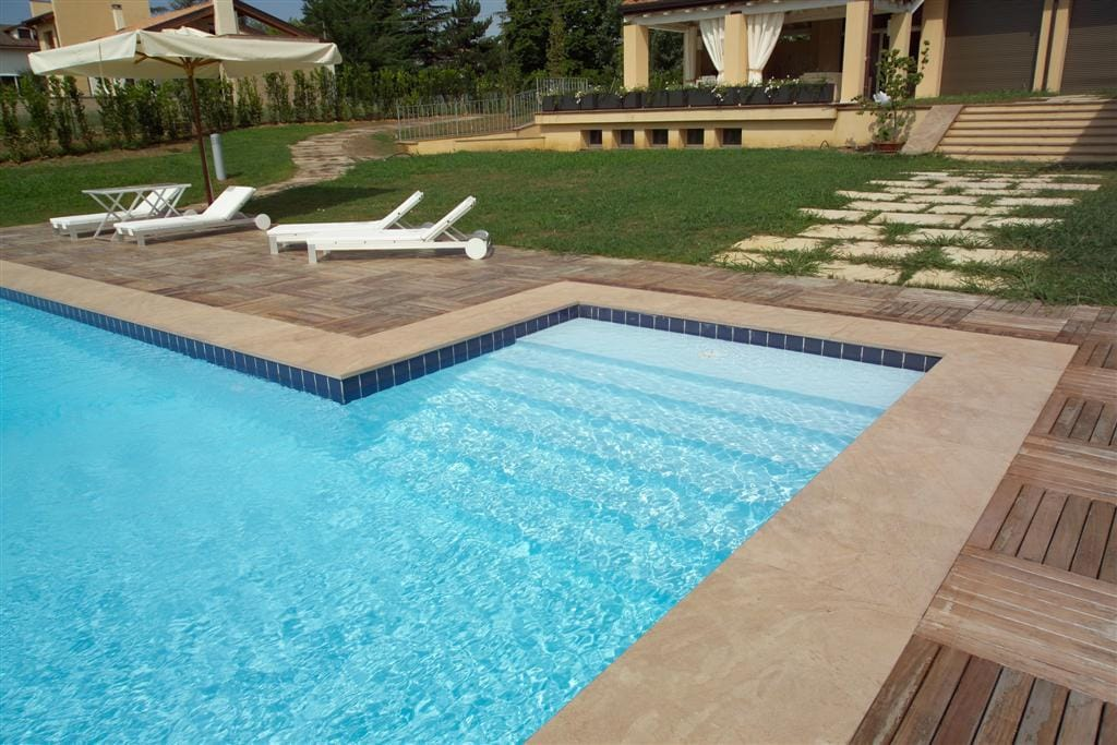 Proteus skimmer pool with Square external step unit
