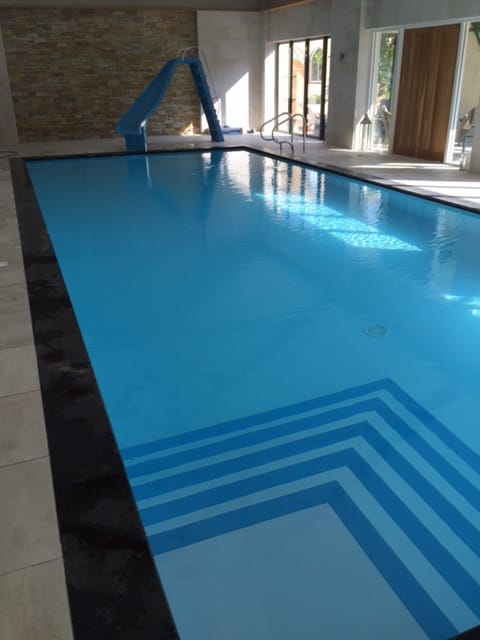 Proteus pool with square step unit