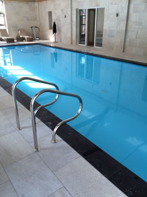 Proteus swimming pool with integrated ladder unit in shell of pool