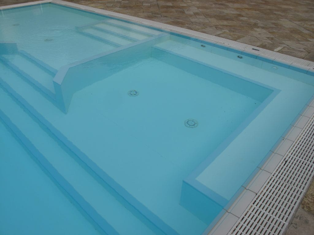 Proteus pool with spa combination step unit